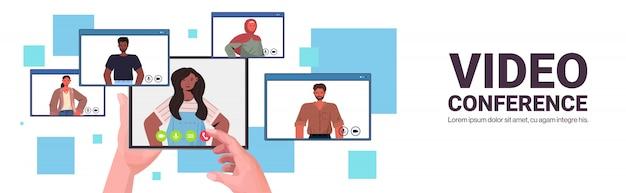 Mezcle la gente de la raza que charla durante la videollamada amigos que tienen conferencia en línea reunión comunicación concepto navegador web ventanas retrato horizontal copia espacio ilustración