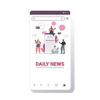 Mezcle gente de raza usando gadgets leyendo periódicos y discutiendo el concepto de comunicación de burbujas de chat de noticias diarias. plantilla de pantalla de teléfono inteligente