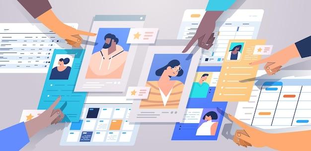 Mezcle las manos de los gerentes de recursos humanos de carrera eligiendo el curriculum vitae con foto e información personal