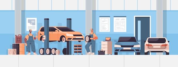 Mezcle mecánicos de carrera trabajando y arreglando el vehículo, servicio de automóvil, reparación de automóviles y verificación, concepto, estación de mantenimiento, interior, horizontal, vector, ilustración