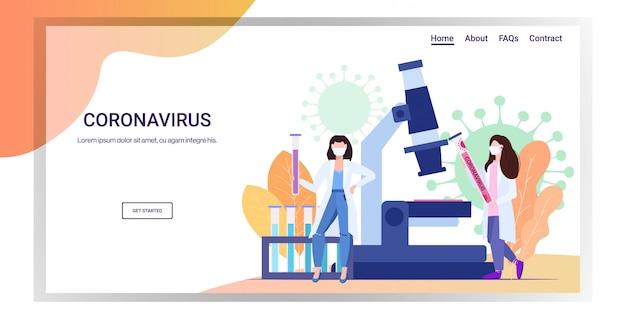 Microbiólogos con tubo de muestra biológica de coronavirus para análisis en microscopio de laboratorio epidemia mers-cov wuhan 2019-ncov pandemia de riesgo médico para la salud espacio de copia horizontal completo
