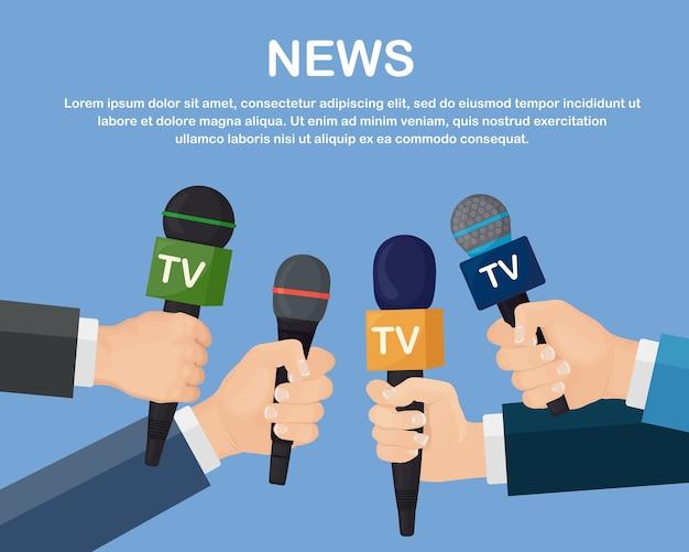 Micrófonos en manos de reporteros en conferencia de prensa o entrevista