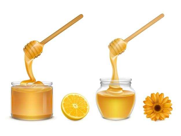 Miel fresca que fluye y gotea del cazo de madera en varios frascos de vidrio de forma, rodaja de naranja y flor