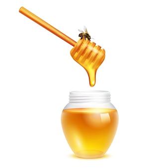 Miel que gotea del palillo del cazo con la abeja en concepto de diseño realista del tarro de cristal en el fondo blanco