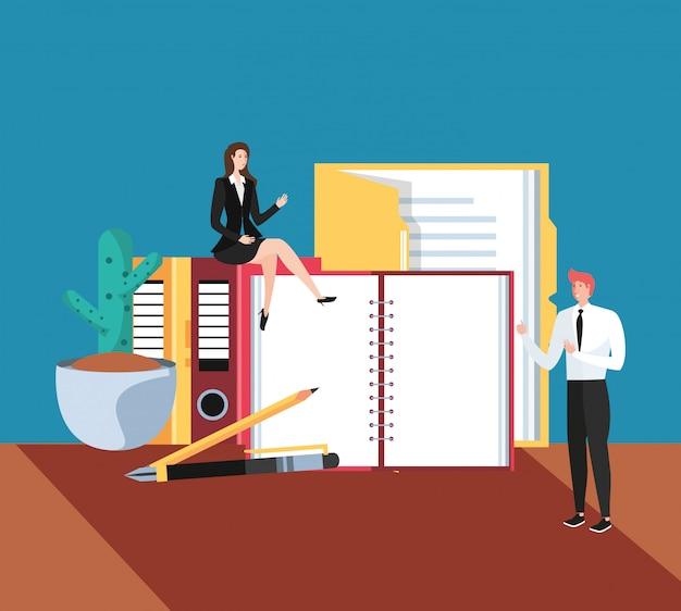 Mini pareja de negocios con libros en el lugar de trabajo