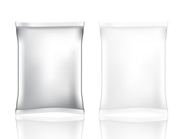 Mock up realistic foil bag para snack y chips aislados conjunto sobre fondo blanco