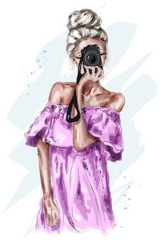 Moda joven mujer de cabello rubio con cámara