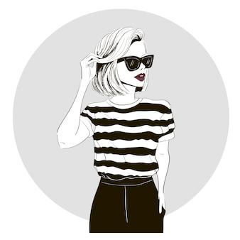 Modelo en camiseta a rayas