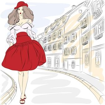 Modelo superior de la chica de moda hermosa en vestido de verano en una calle de la ciudad