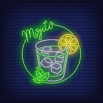 Mojito con texto de neón, vaso de bebida, cubitos de hielo, limón y menta.