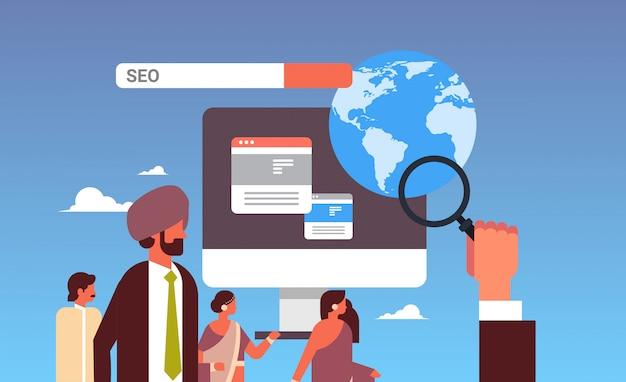 Monitoreo de pareja india usando el banner de optimización de motor de búsqueda seo lupa