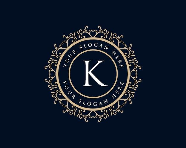 Monograma dibujado a mano floral femenino caligráfico dorado logotipo de lujo vintage letra k diseño