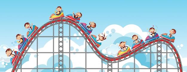 Monos felices montando en montaña rusa con cielo