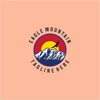 Montaña de ilustración creativa con pájaro águila volando allí vector de diseño de logotipo