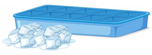 Montón de hielo y bandeja de hielo vacía en blanco