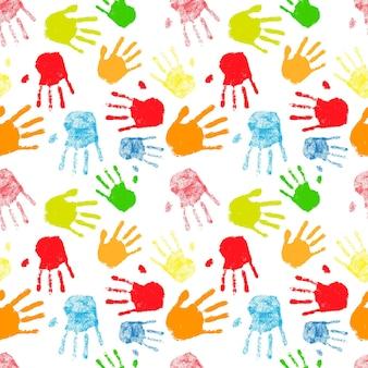 Un montón de siluetas coloridas de impresiones de palma humana, patrón transparente en blanco
