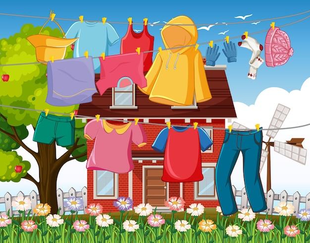 Mucha ropa colgada en una línea fuera de la escena de la casa.