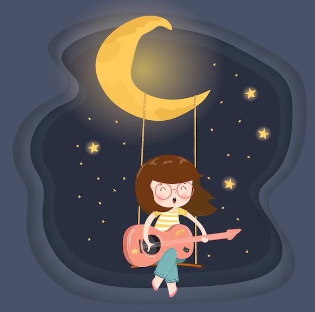 Muchacha feliz linda de los vidrios que toca la guitarra en el oscilación bajo la luna creciente