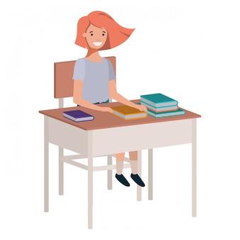 Muchacha joven del estudiante que se sienta en el escritorio de la escuela