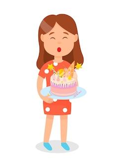 Muchacha que sostiene la torta de cumpleaños que sopla hacia fuera velas.