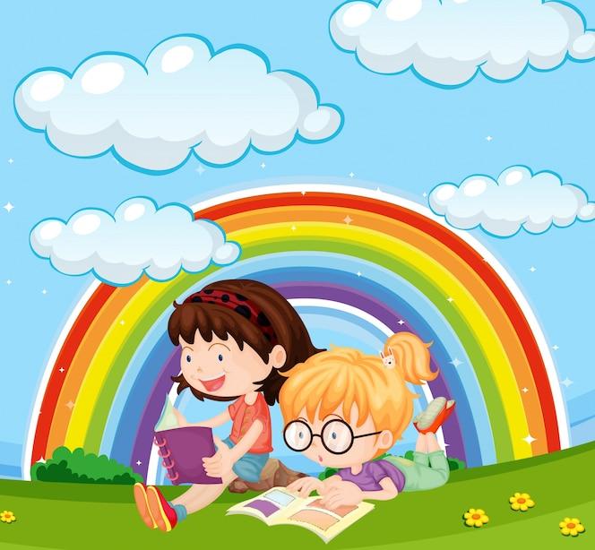 Muchachas que leen el libro en parque con el arco iris en cielo