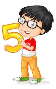 Muchacho asiático que sostiene el número cinco