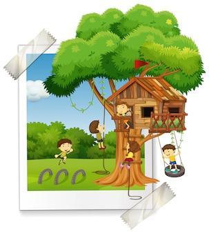 Muchos niños jugando en la casa del árbol