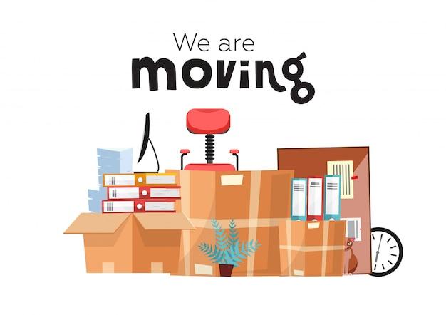 Mudarse a una nueva oficina con cajas. accesorios de oficina en caja de cartón aislada - monitor, carpetas, pila de papeles, planta, silla de oficina, reloj, papelería. vector de dibujos animados plana
