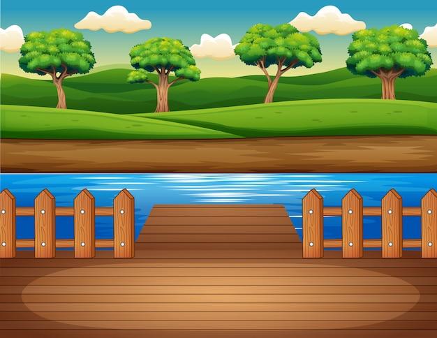 Muelle de madera con vistas al bosque.