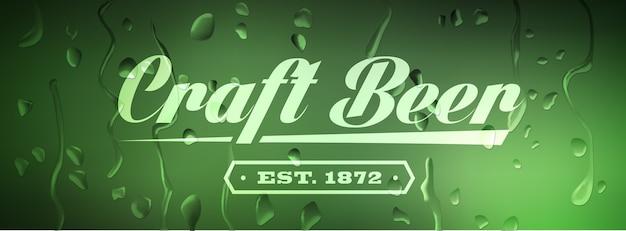 Muestra de cerveza artesanal sobre fondo desenfocado con gotas de agua.