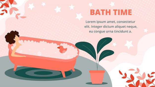 Mujer acostada en la bañera de espuma de jabón completo y juguete