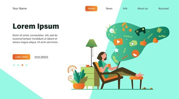 Mujer adicta a las redes sociales. personaje de dibujos animados relajándose en casa, usando la tableta para navegar por la web, jugando juegos en línea. ilustración de vector de adicción a internet, concepto de comunicación