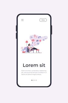 Mujer adicta a las redes sociales. personaje de dibujos animados relajándose en casa, usando la tableta para navegar por la web, jugando juegos en línea. plantilla de aplicación móvil de ilustración vectorial