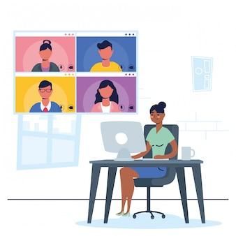 Mujer afro usando escritorio en comunicación de conferencia virtual