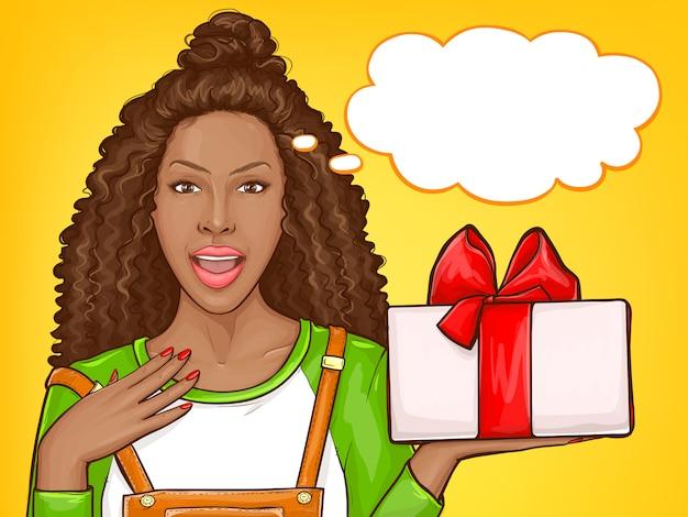 Mujer afroamericana con gratitud recibiendo regalo