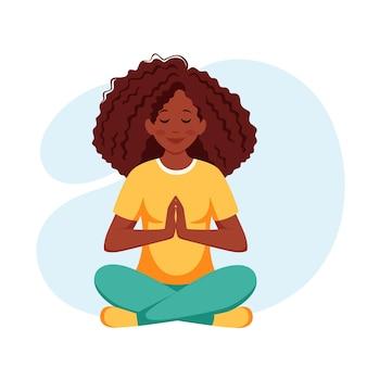 Mujer afroamericana meditando en postura de loto estilo de vida saludable