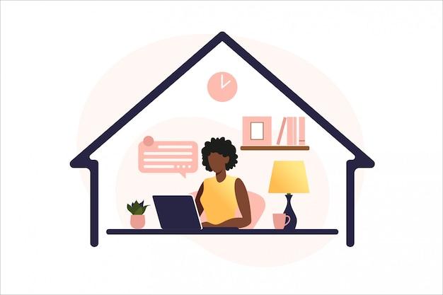 Mujer afroamericana sentada mesa con ordenador portátil. trabajando en una computadora. freelance, educación en línea o concepto de redes sociales. concepto independiente o de estudio. estilo plano ilustración.