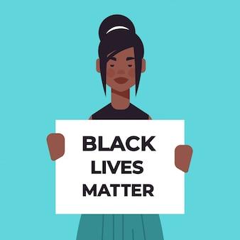 Mujer afroamericana sosteniendo la campaña de banner de asuntos de vidas negras
