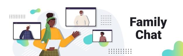 Mujer afroamericana tener reunión virtual con miembros de la familia en la videollamada de windows del navegador web