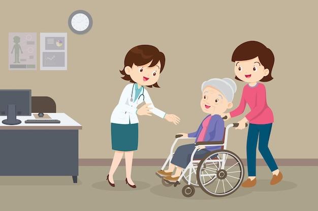 Mujer y anciana en silla de ruedas ver doctor