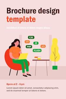 Mujer aprendiendo diseño web. chica con laptop, pila de libros ilustración plana. programación, educación, concepto de curso en línea
