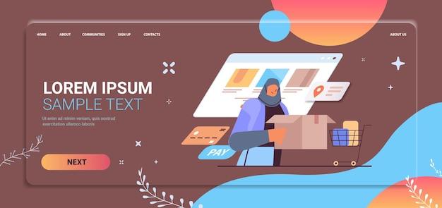 Mujer árabe con caja de cartón ordenando productos servicio de entrega rápida concepto de compras en línea vertical espacio de copia vertical ilustración vectorial
