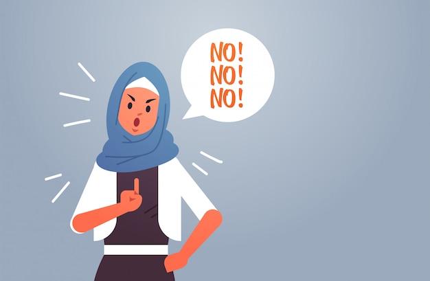 Mujer árabe enojada diciendo no globo de discurso con grito exclamación negación concepto furiosa dama árabe mostrando signo con dedo horizontal horizontal