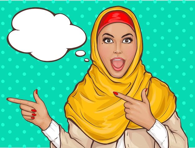 Mujer árabe en hijab apuntando