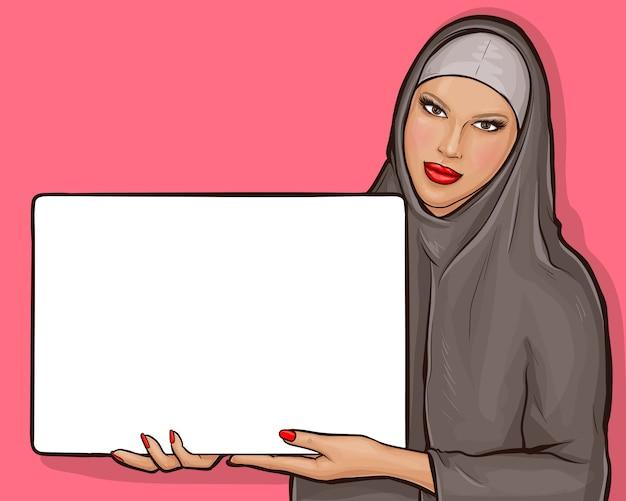 Mujer árabe en hijab con cartelera