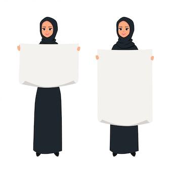 Mujer árabe presentando algo con un cartel.
