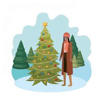 Mujer con árbol de navidad en el paisaje