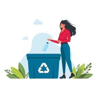 La mujer arroja una botella de plástico en el bote de basura, signo de reciclaje de basura el concepto de cuidar el medio ambiente y clasificar la basura. reciclar, ilustración de vector de estilo de vida ecológico.