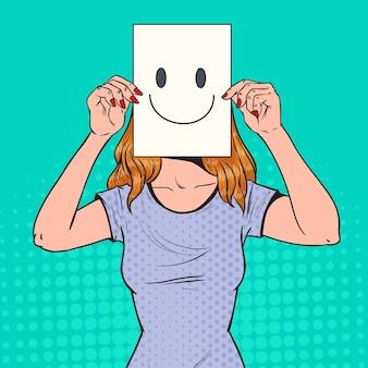Mujer de arte pop con emoticono sonriente en hoja de papel