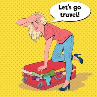Mujer de arte pop tratando de cerrar maleta desbordada